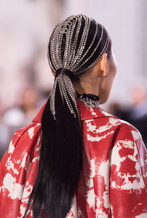 Фото №14 - Как носить крупные цепи: 4 самых модных варианта
