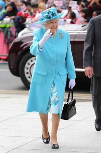 Фото №6 - Как отличить Королеву: каблук 5 см, сумка Launer, яркое пальто и никаких брюк