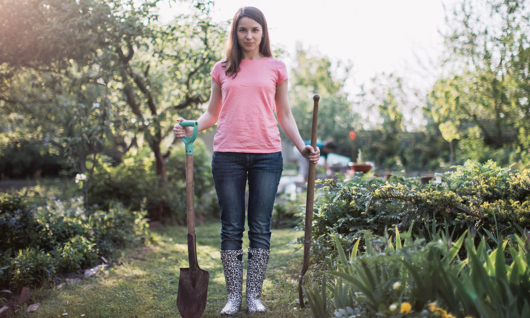 Спорт на грядке: 5 крутых упражнений с лопатой