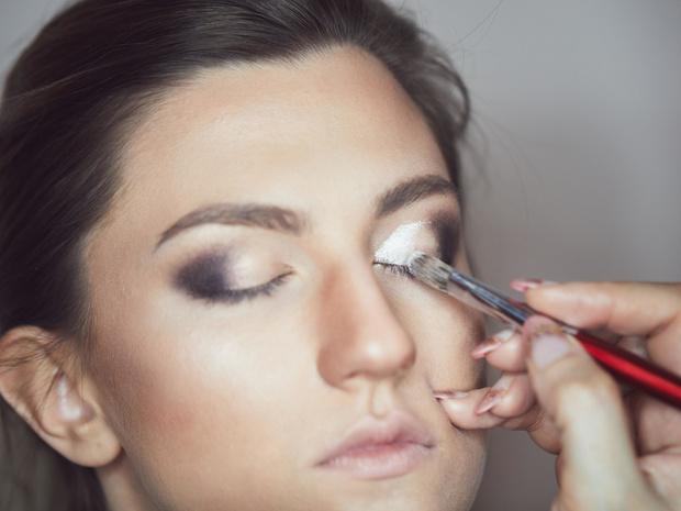 Фото №4 - «Стеклянные» smoky eyes: как повторить самый модный макияж этой зимы