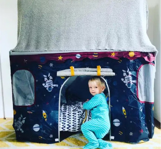 Мама за два часа соорудила из старой кроватки сына необычную игровую палатку