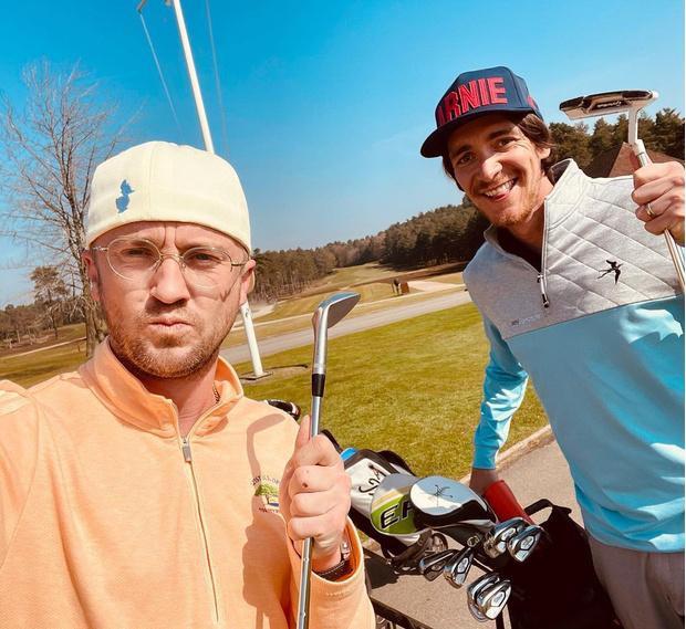 Фото №1 - Фото дня: Драко Малфой и Фред Уизли встретились, чтобы поиграть в гольф