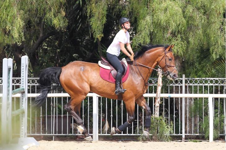 Кейли Куоко верхом на лошади