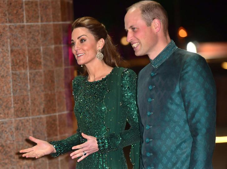Фото №1 - Во всем блеске: Кейт и Уильям в национальных костюмах на приеме в Исламабаде