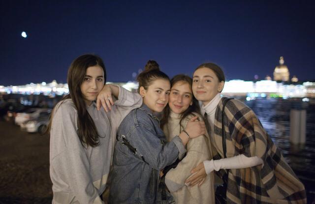 Патимат (справа) с сестрами в Санкт-Петербурге