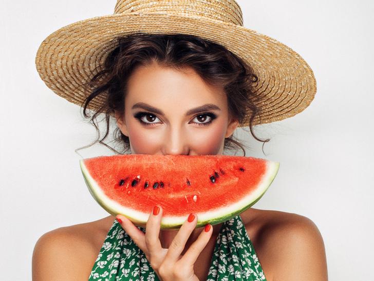 Фото №1 - 6 продуктов, которые опасно употреблять в жару (и почему)