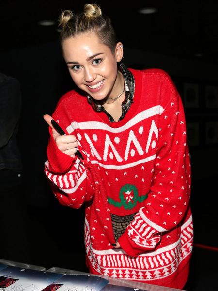 Фото №6 - Ugly Sweater Day: самые угарные фотки звезд в нелепых свитерах