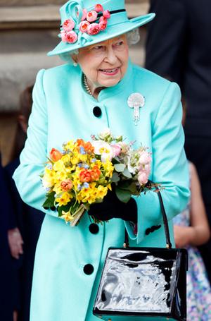 Фото №11 - Как отличить Королеву: каблук 5 см, сумка Launer, яркое пальто и никаких брюк