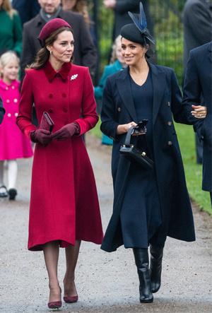 Фото №7 - Почему герцогиня Меган носит с собой перчатки, но не надевает их