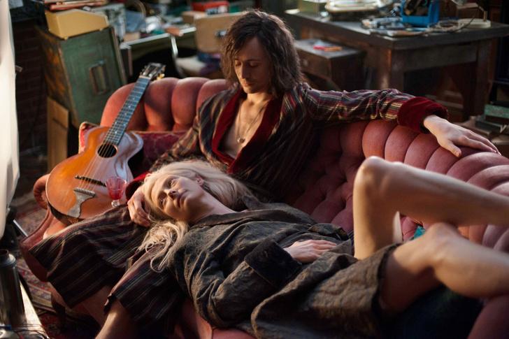 Фото №4 - Самые популярные позы для сидения на диване с девушкой и что они значат