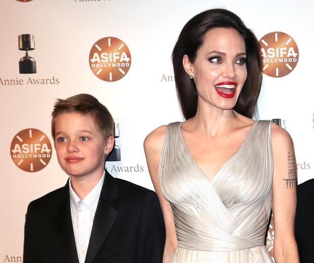 Фото №1 - Любимая дочь Джоли хочет ее бросить