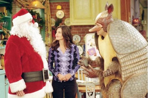 Фото №1 - Что посмотреть: лучшие новогодние и рождественские эпизоды любимых сериалов