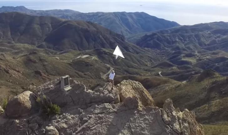 Фото №1 - Парень сконструировал огромный самолетик и запустил его с высокой горы (видео)