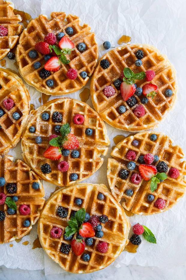 Фото №1 - Побалуйте себя: 5 рецептов вафель на любой вкус