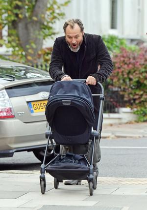 Фото №3 - Молодой папа: первые снимки Джуда Лоу с новорожденным ребенком