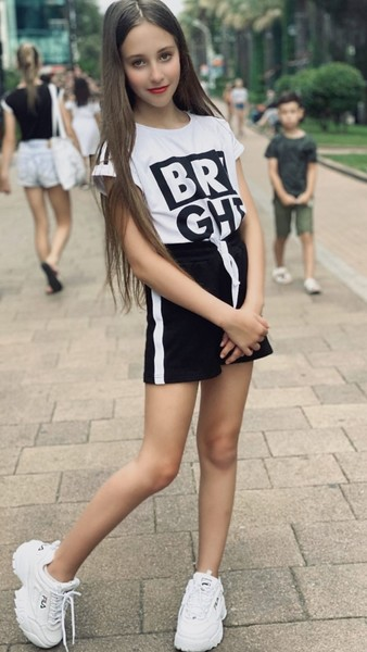 Фото №2 - Волосы русалки и яркая помада: как выглядит подросшая 11-летняя дочь Витаса