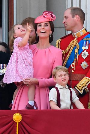 Фото №18 - Фирменные позы и жесты королевских особ (а вы замечали?)