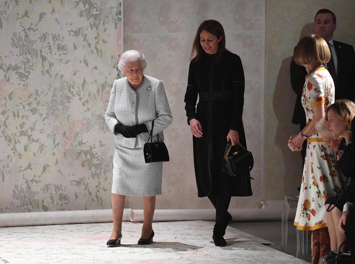 Фото №2 - Зачем Елизавете II столько одинаковых сумок Launer?