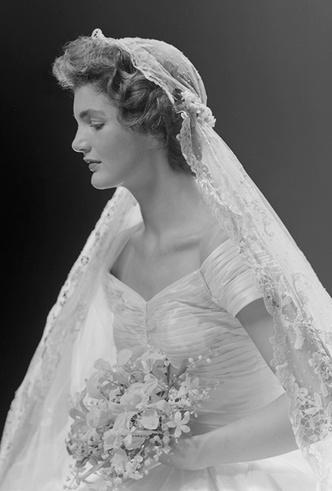 Фото №3 - От Жаклин Кеннеди до Людмилы Путиной: в чем выходили замуж Первые леди