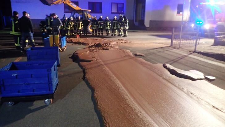 Фото №1 - Шоколадное безумие: из-за взрыва на фабрике город залило тонной шоколада