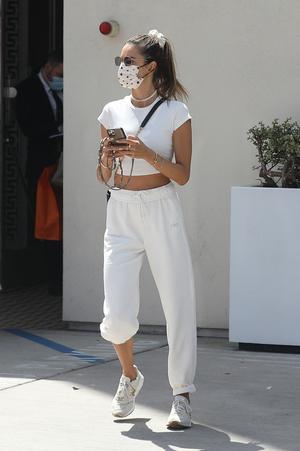 Фото №1 - Алессандра Амбросио придумала новый способ носить спортивные брюки