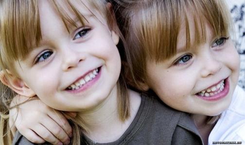 Фото №1 - В Петербурге с каждым годом рождается все больше близнецов