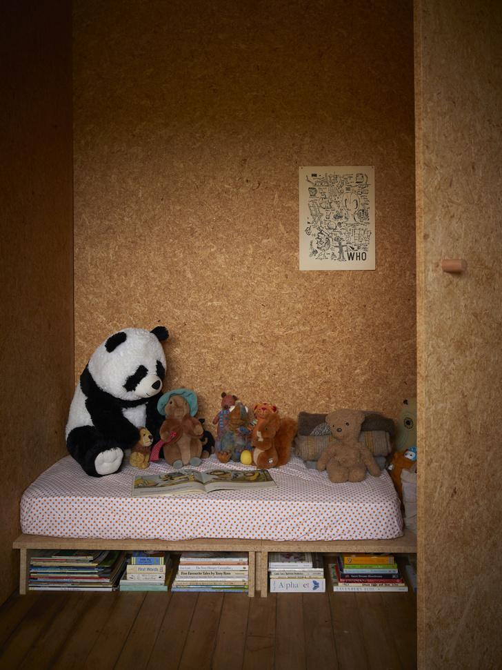 Детская спальня. Кровать оборудована местами для хранения.