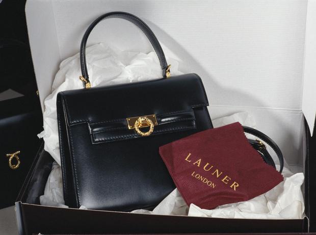 Фото №2 - Секреты дамской сумочки Елизаветы II: что Королева всегда носит с собой
