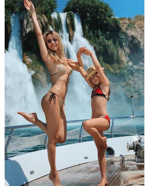 Лечить ножки певица улетела в солнечную Турцию.