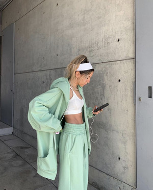 Фото №1 - Костюм цвета шалфея— самая модная покупка сезона весна-лето. Посмотрите на Софию Коэльо и убедитесь в этом