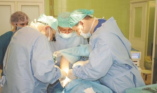 Фото №1 - Петербургский хирург прооперировал в Тюмени девочку с редкой аномалией грудной клетки