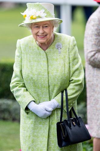 Фото №11 - Королева стиля: 5 образов Елизаветы II на Royal Ascot