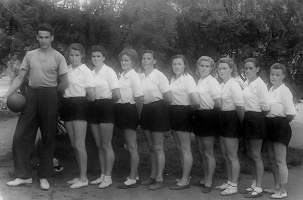 Фото №1 - История одной фотографии: Ельцинтренирует волейболисток, 1952 год