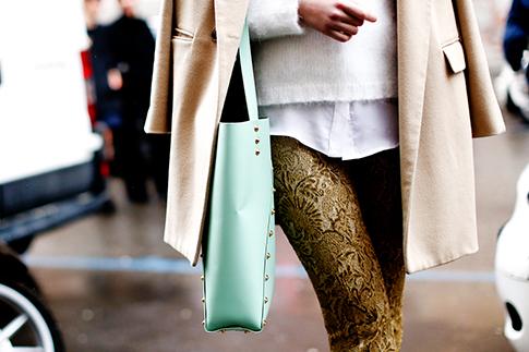Фото №6 - Нескучные способы носить классическое пальто