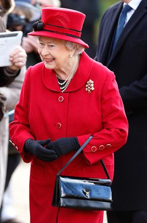 Фото №33 - Как отличить Королеву: каблук 5 см, сумка Launer, яркое пальто и никаких брюк