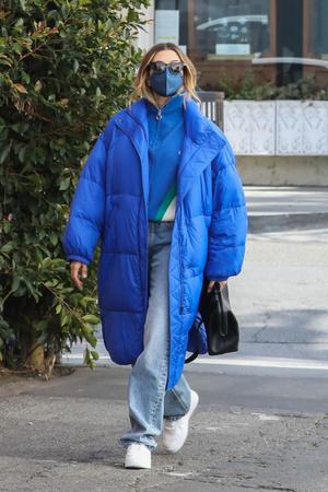 Фото №1 - Самое уютное пальто-одеяло— у Хейли Бибер