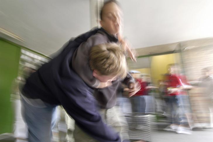 В школе Перми подростки с ножом напали на учительницу и школьников