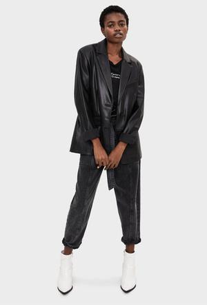 Фото №17 - Босс не будет против: как носить кожаные вещи в офис