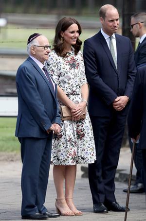 Фото №9 - Герцогиня Кембриджская еле сдержала слезы в концлагере Гданьска