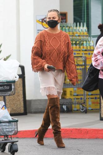 Фото №1 - Объемный свитер + атласная комбинация: самое актуальное сочетание показывает Крисси Тейген