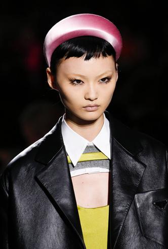 Фото №9 - Заколки, ободки и резинки: самые модные украшения для волос нового сезона