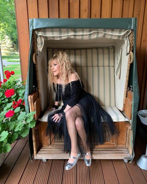 Фото №1 - 70-летняя Алла Пугачева решилась на дерзкий маникюр ярко-синего цвета