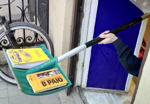 Фото №1 - В Петербурге книжный магазин из-за вируса выдает книги на лопате