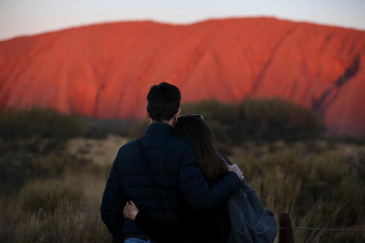 Фото №1 - Власти Австралии потребовали от Google удалить фотографии их священной горы, чтобы туристы не путешествовали даже виртуально