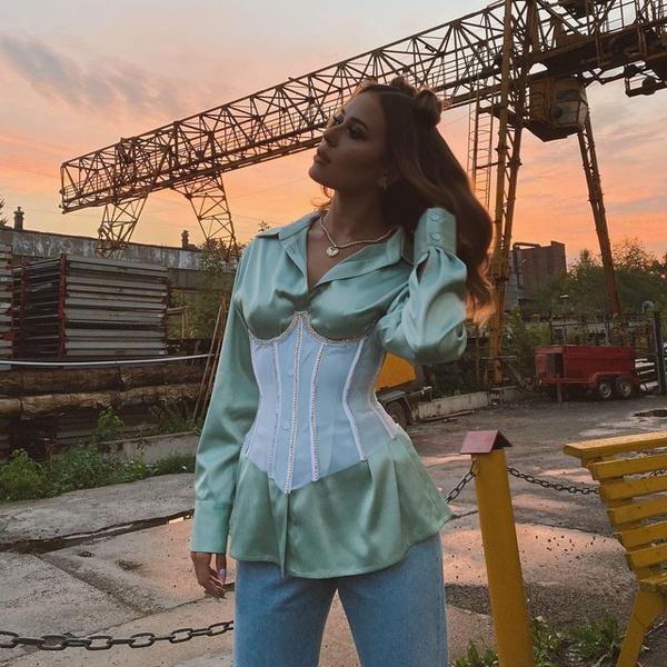 Фото №1 - Евдокия @evdklar показала стильный образ с шелковой блузкой и корсетом
