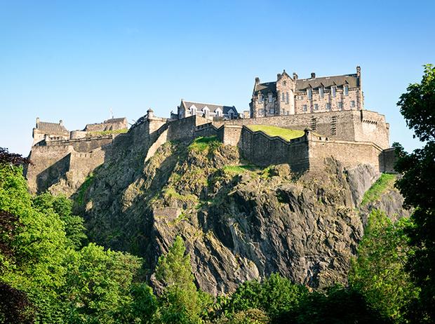 Фото №2 - Принц Гарри и Меган Маркл накануне Дня всех влюбленных приехали в Шотландию