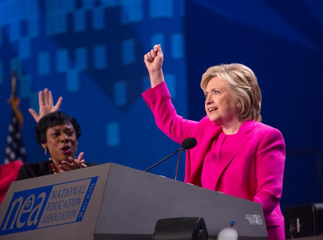 Фото №4 - Брючные костюмы и яркие цвета: модные победы Хиллари Клинтон