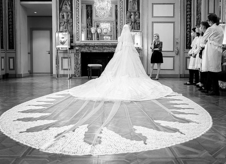 Фото №3 - Продолжение сказки: Китти Спенсер поделилась фото с примерки ее королевского свадебного платья