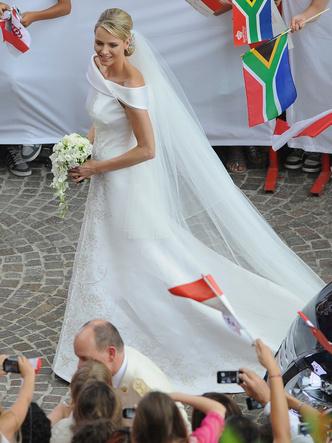 Фото №13 - Платья-близнецы: 15 слишком похожих свадебных нарядов королевских особ