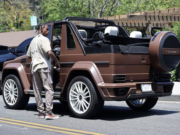 Фото №1 - Трэвис Скотт нарушает правила дорожного движения из-за Сторми 😕